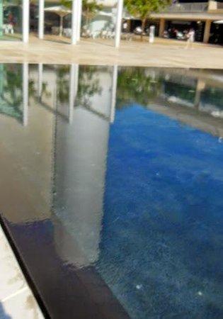 Mann Auditorium (Habimah Square): le reflet du batiment sur le plan d'eau