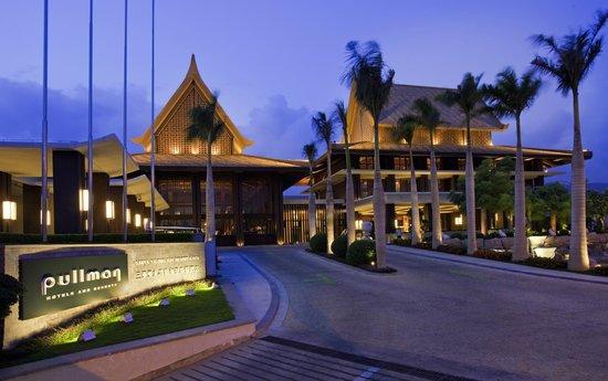 Pullman Sanya Yalong Bay Villas & Resort: Hotel Entrance Night View