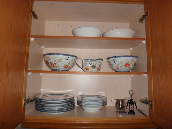 Two Rivers Bed & Breakfast: Chinaware