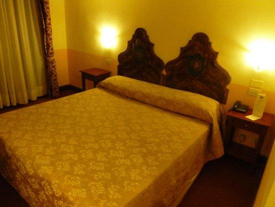 Hotel Al Sole: Huge bed