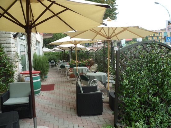 Residenza Turistico Alberghiera Doria: The outside bar area