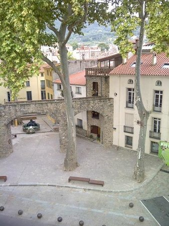 Hotel des Arcades : Ceret - Picasso Fountain from Hotel Room