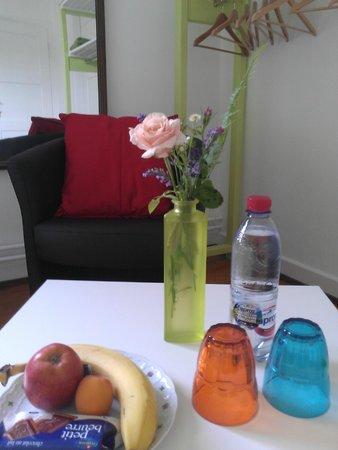 Sitzecke Zimmer lila - Bild von B&B Kalimera, Pratteln - TripAdvisor