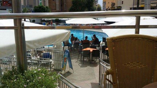 Hotel Marina Resort Benidorm: la terraza del café titanic Con vistas a la piscina