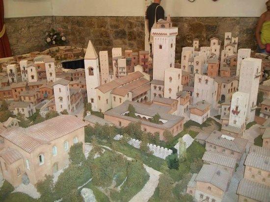San Gimignano 1300 : parte della ricostruzione in ceramica della città medievale di s. gimignano.