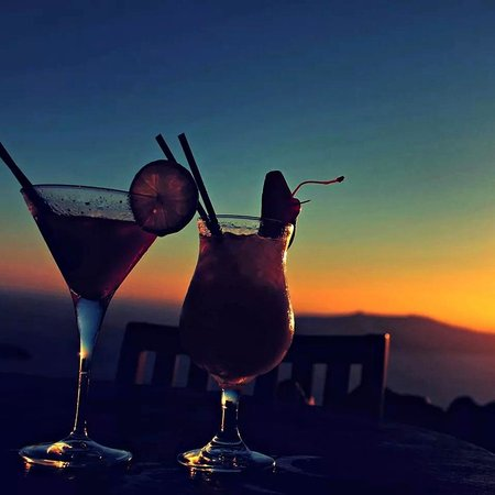 Honeymoon Petra Villas: coctails while admiring the sunset