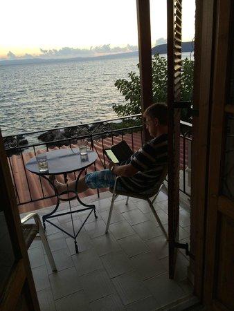 Anniska & Liakoto: Sundowner on the Balcony
