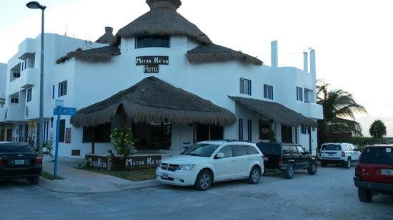 Koox Matan Ka'an Hotel: Exterior con nuestro carro parqueado