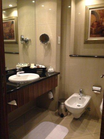 Roda Al Murooj: Club Room Bathroom