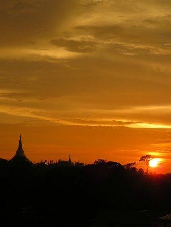 Chatrium Hotel Royal Lake Yangon : Sunset view from the room