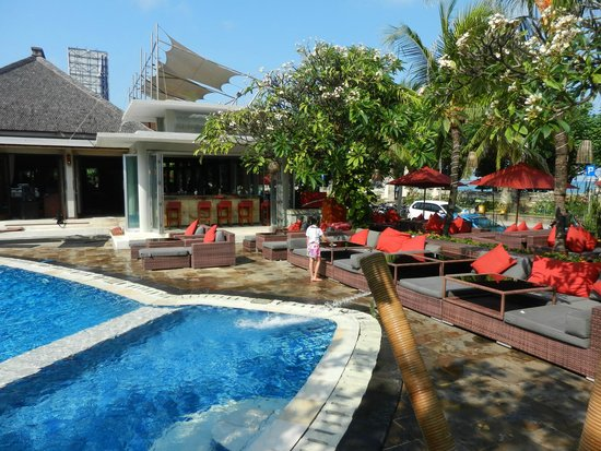 Kuta Seaview Boutique Resort & Spa : Pool beside the dining/restaurant