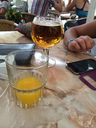 Numero Ocho: Jus d'orange frais délicieux ! Et bière pression san miguel fraiche et agréable