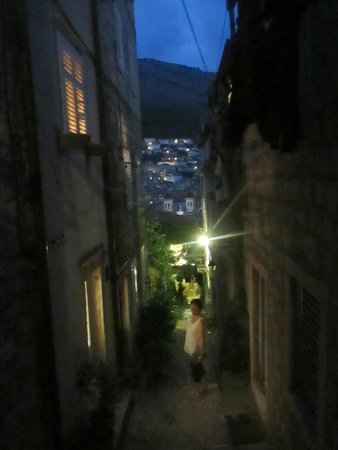 Apartments Dubrovnik - Center : Outside the apartment - Zvijezdiceva St. at night