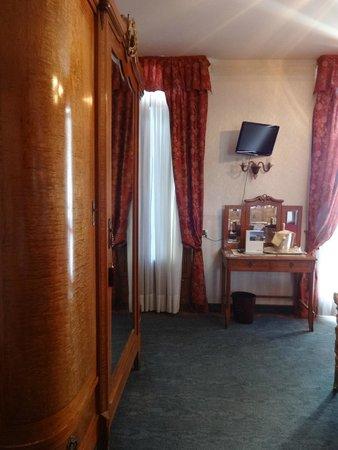 Riviera Hotel: Rummet, garderob