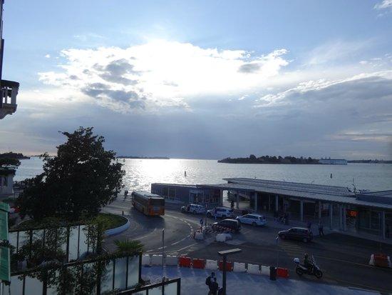 Riviera Hotel: Utsikt från rummet mot båtterminalen