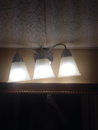 Doubletree Hotel Atlanta/North Druid Hills : Crooked and very dusty light fixture in bathroom