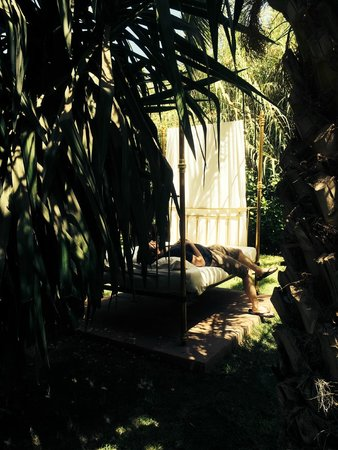 Les Deux Tours: Day bed in the gardens