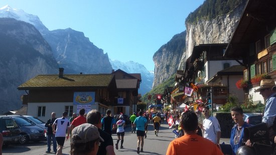 Hotel Restaurant Schützen: Jungfrau Marathon passing the hotel in September
