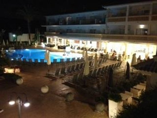 La Pergola: Pool at night