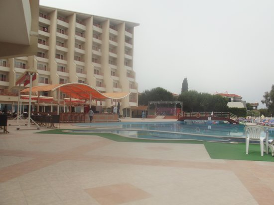Sea Pearl Hotel: poolside.