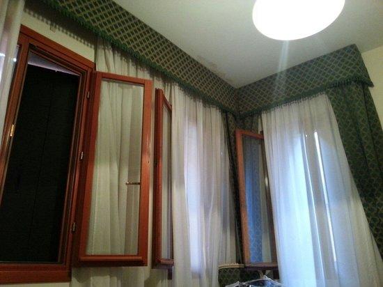 Hotel Commercio & Pellegrino: Janelas do quarto 301, otimo para ventilar mas e extremamente barulhento.