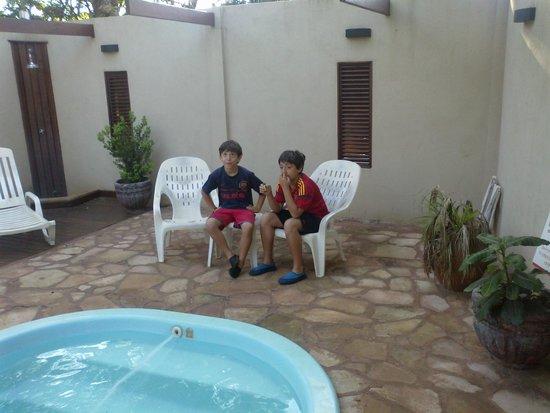 Residencial Noelia Hostel : piscina y parque