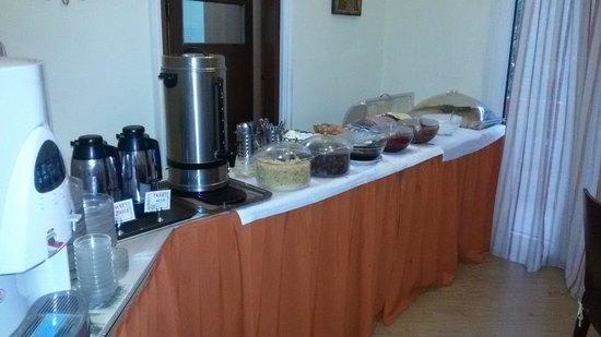 Emporikon Hotel: Вот и весь завтрак