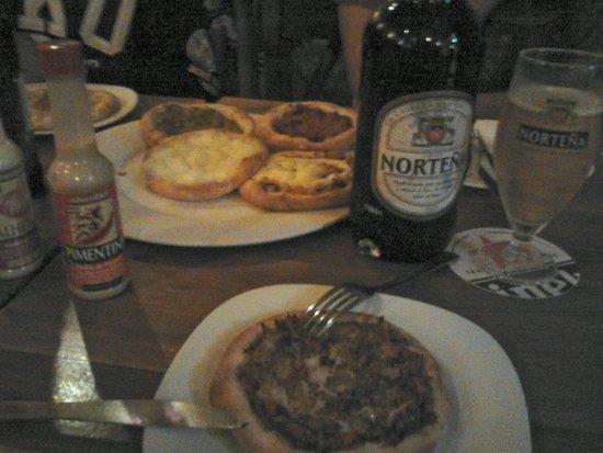 Esfiharia e Cervejaria Emirados: Esfirras de bom tamanho e cerveja Uruguaia.