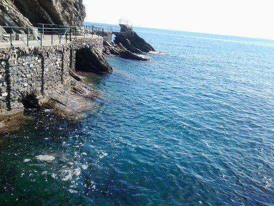 Monumento della Madonna del Mare: Vista lungomare in prossimita' della lapide
