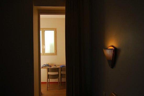 Hôtel Sole Mare: Das fenster (von Bett aus) und die Zimmerbeleuchtung :-)