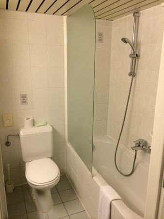 """Begijnhof Hotel : łazienka - """"odświeżone"""" lata 80-te"""