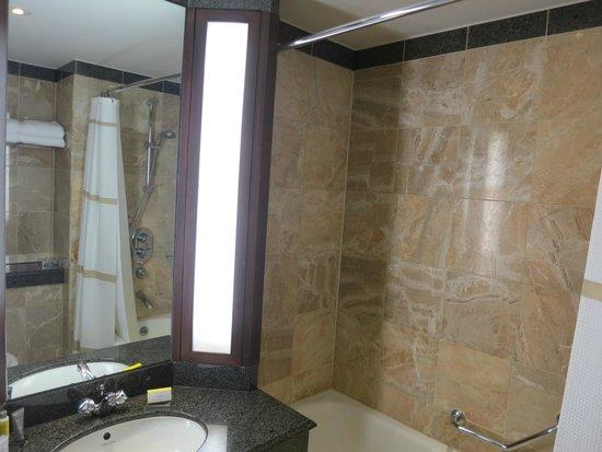 London Marriott Hotel Grosvenor Square: Small bathroom