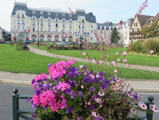 Le Grand Hotel Cabourg - MGallery Collection : Vista desde el Jardín