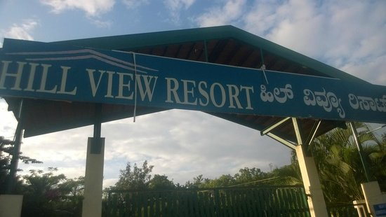 Hill View Resorts: Entry to the SO called resort !