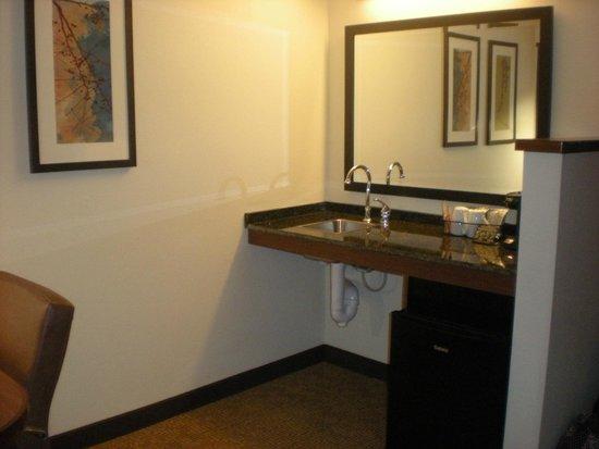 Hyatt Place Ft. Lauderdale 17th Street Convention Center: Sink/microfridge/microwave area; handicap accessible room 104