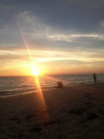 Sandcastle Resort at Lido Beach : Beautiful Florida Sunset - walk right onto beach from your room