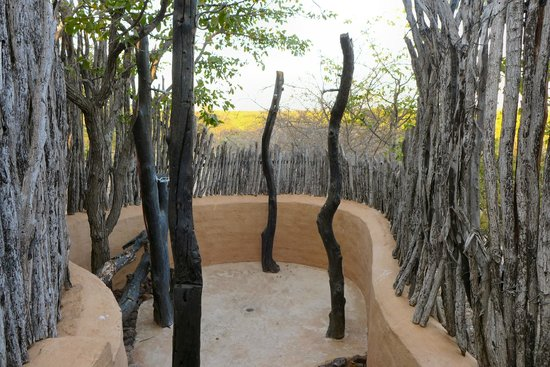 Mopane Bush Lodge: Our totally private outdoor shower.
