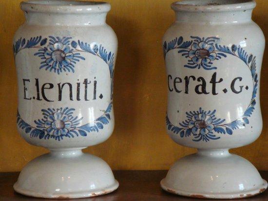 Apothicairerie de l'hotel Dieu le Conte: Ceramic pots