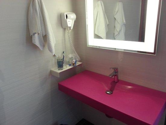 Ibis Styles Nivelles : Bathroom