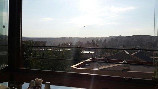 Safran Cave Hotel: Vista desde el comedor. Desayunando con la vista de los últimos air ballons del día.