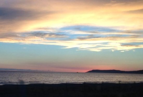 Moonstone Beach Bar & Grill : Sunset at MoonStone Beach