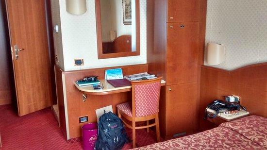 """Mokinba Hotel Montebianco: Habitación pequeña con diseño """"vintage"""" (se quedó en el tiempo!)"""
