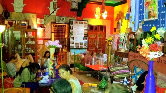 Hostel Riad Marrakech Rouge: Use some free wifi, drink some tea and get chatting...