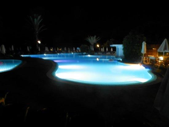 Avanti Hotel: Pool at Night