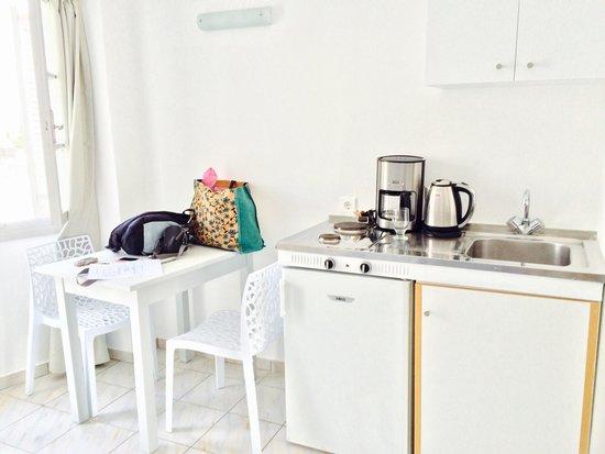 Elounda Garden Suites : Kitchen in living room