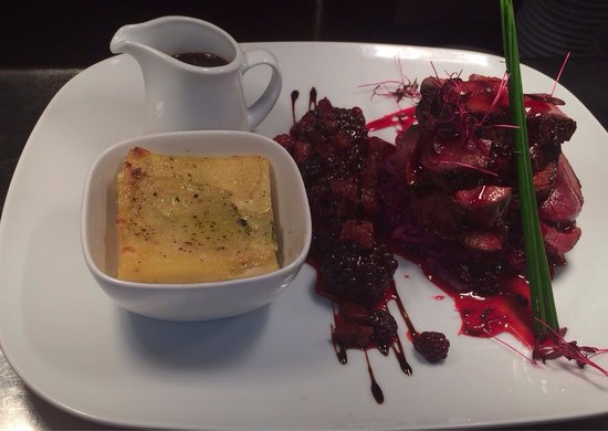 Quantro Restaurant: Special of the day!!! Venison,dauphinoise,red cabbage marmalade,chorizo and blackberry compote!