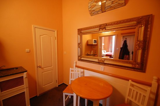 Hotel Julian: Vue du vestibule et de la porte donnant sur la salle d'eau