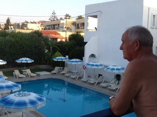 Michalis Studios & Apartments: vue de notre balcon ouest avec Charles Domon
