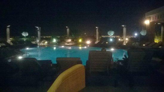 Royal Hotel: Piscina vista dal ristorante