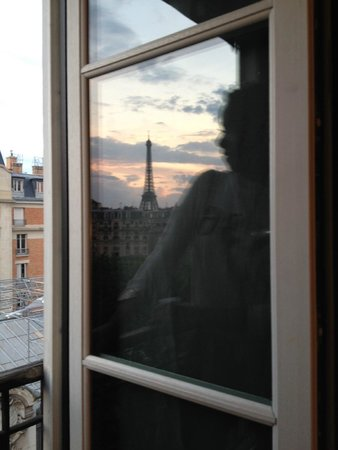 First Hotel : Marveling at the view of the Eiffel Tower!